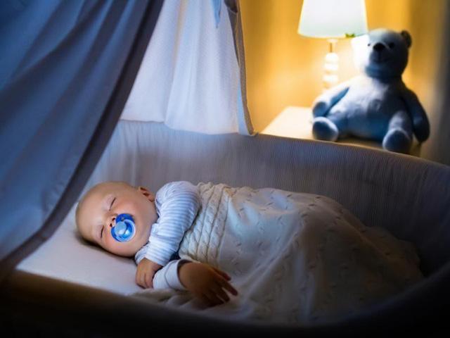 Bật đèn ngủ trong phòng ngủ của trẻ khiến trẻ không thể nhận ra sự khác biệt rõ ràng giữa ban ngày và ban đêm