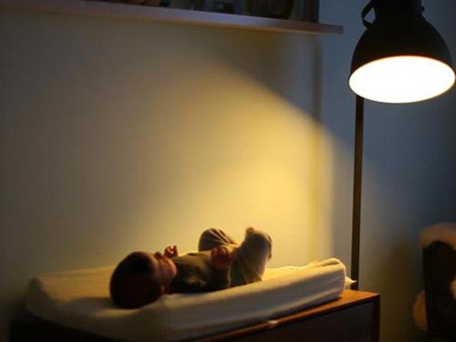 các bậc phụ huynh vẫn nên hạn chế việc để con ngủ dưới ánh đèn.