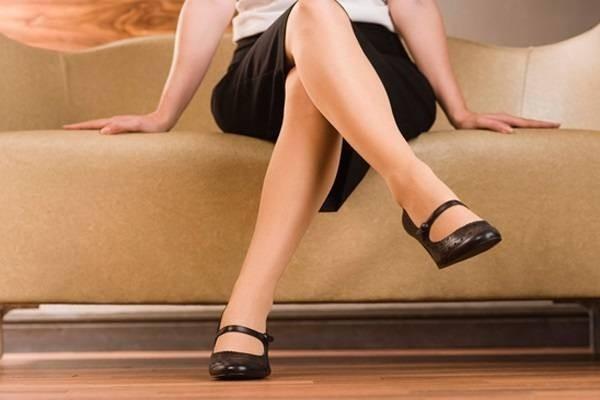 Ngồi gác chân cao sẽ làm chân càng sưng phù khó chịu hơn.