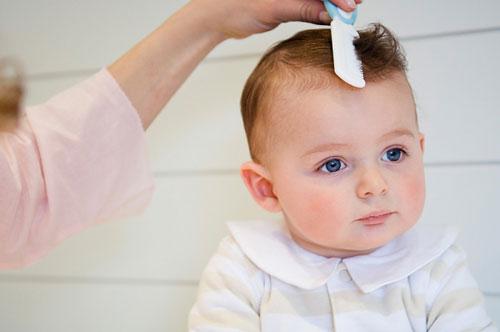 Trẻ cần phải được chải tóc mỗi ngày sau khi thức dậy