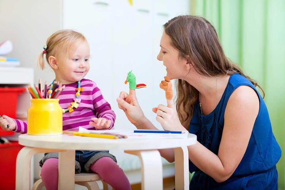 khi giao tiếp với trẻ cần chú ý đến nét mặt, cử chỉ, điệu bộ, giọng nói và khoảng cách với trẻ.
