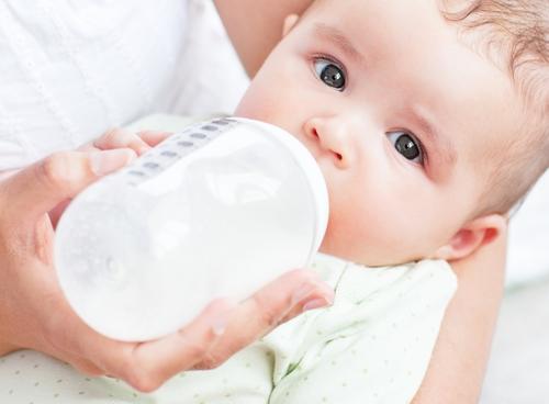 Đừng nên cho con uống sữa thừa sau 1 tiếng